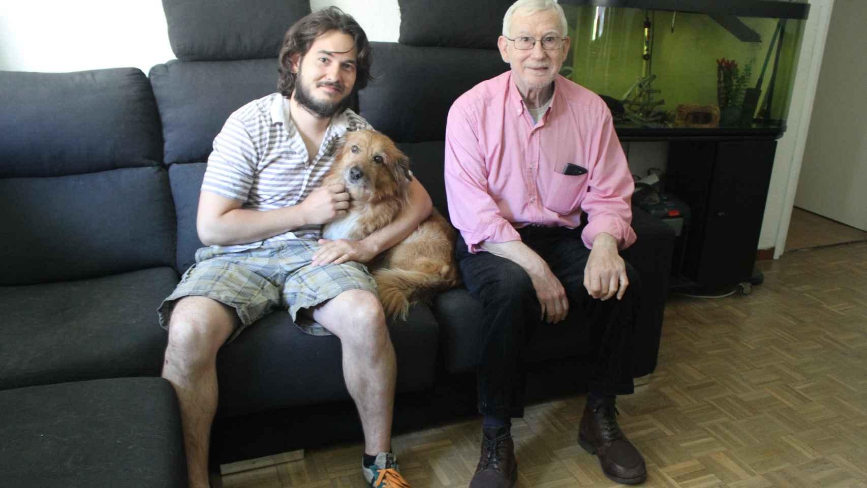 Josué, con su perro Tichu y Pedro, su nuevo compañero de piso.