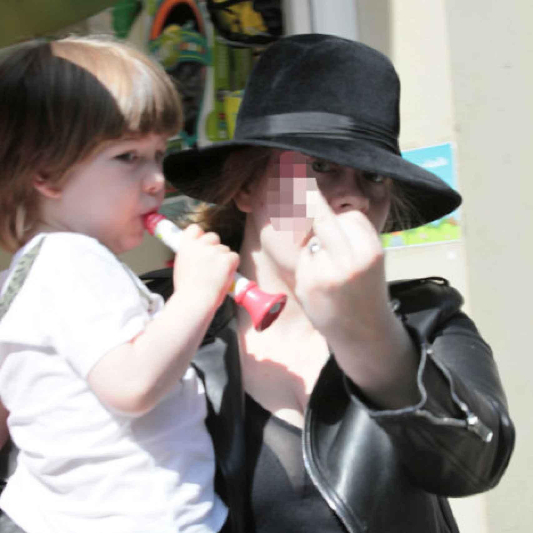 La cantante Adele con su hijo en brazos
