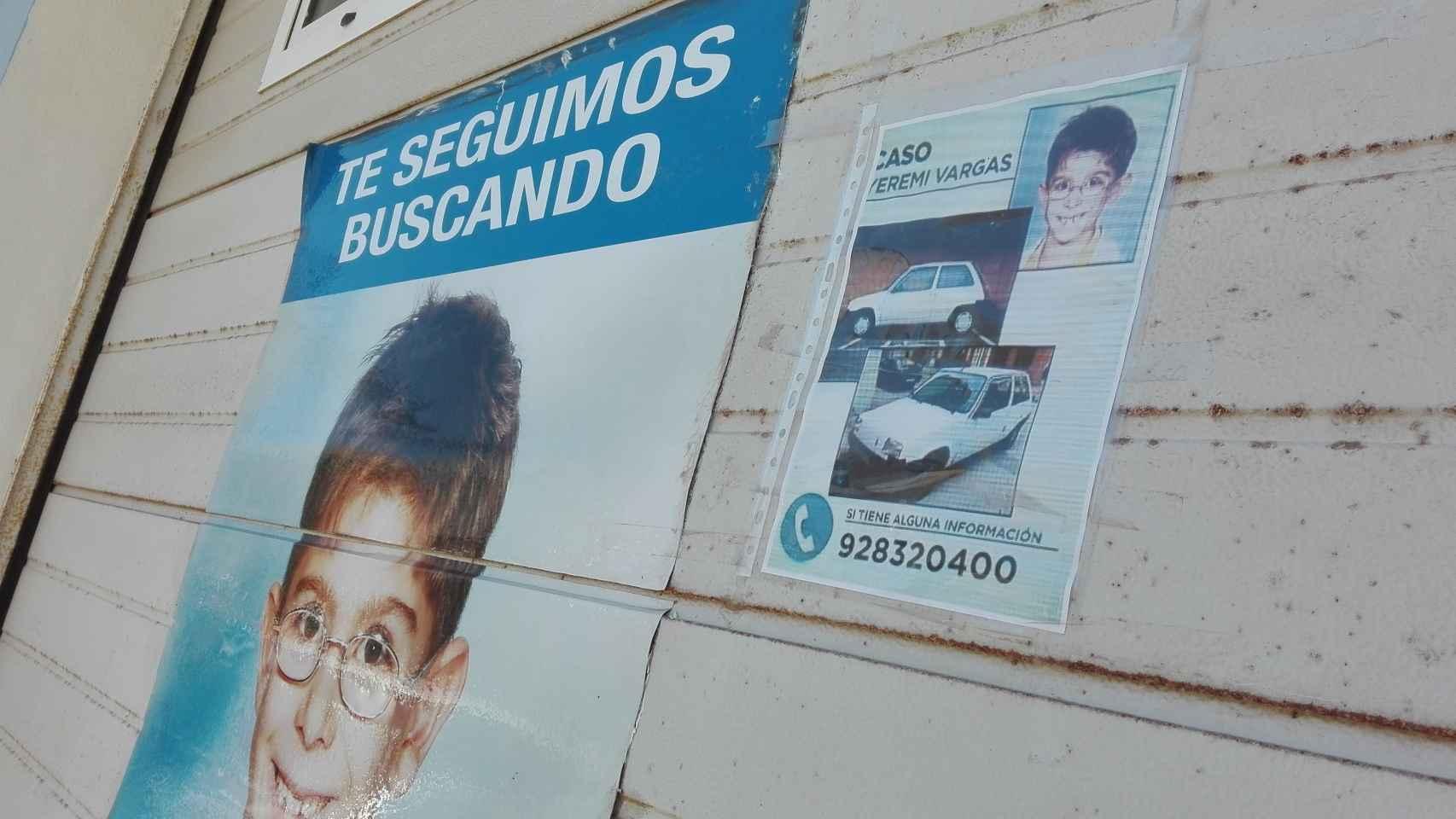Fachada de la vivienda de los abuelos de Yéremi Vargas, con carteles.