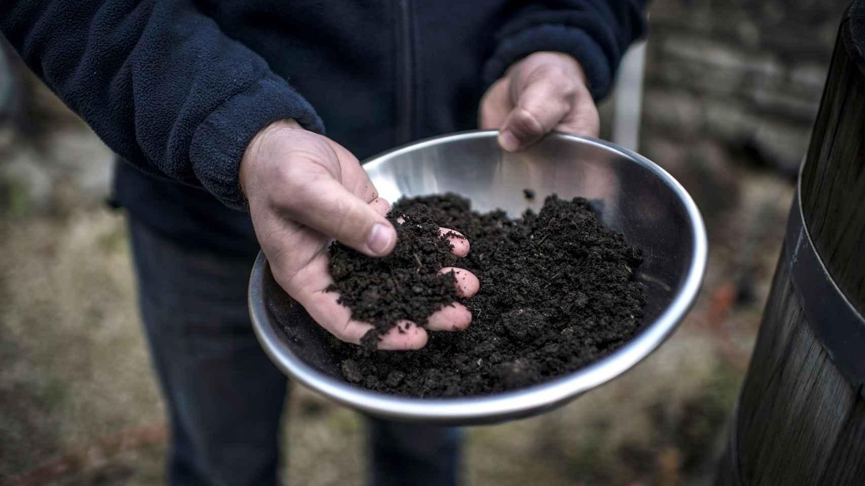 Un agricultor biodinámico prepara compost.