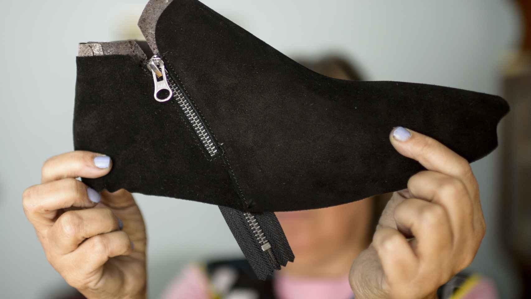 Por la fabricación de un par de botas como esta, Puri cobra 52 céntimos.