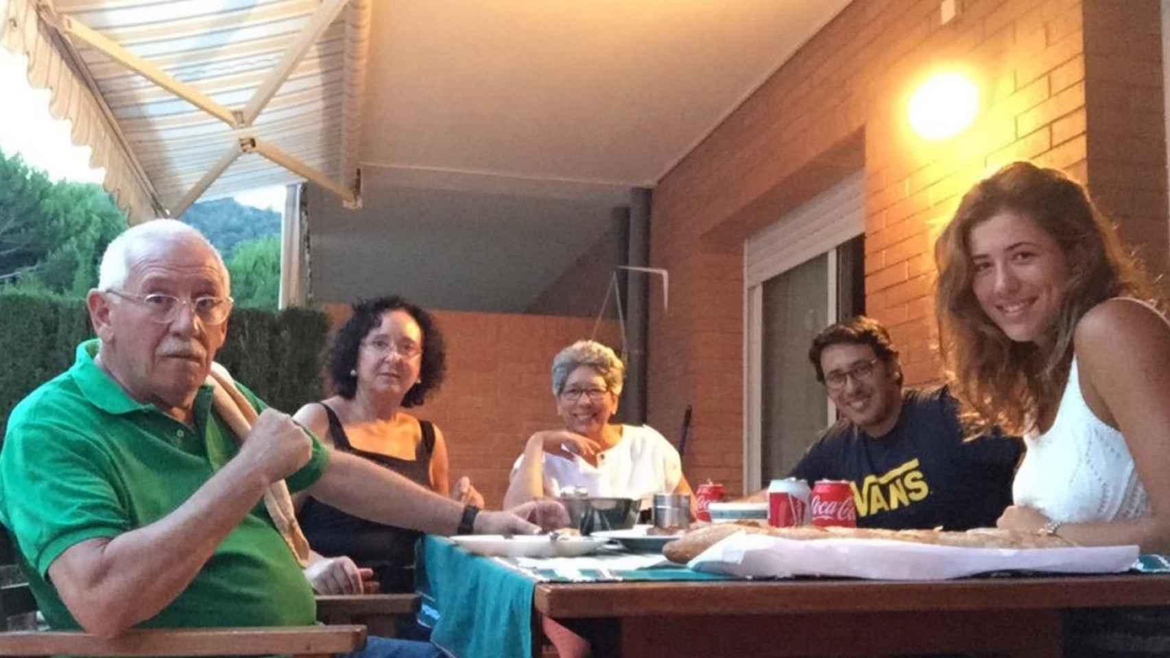 Los padres de Garbiñe (a la izquierda), un familiar, su hermano y ella en una reunión familiar