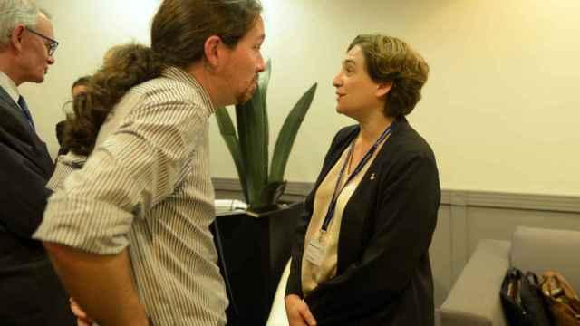 Pablo Iglesias conversa con la alcaldesa de Barcelona, Ada Colau.