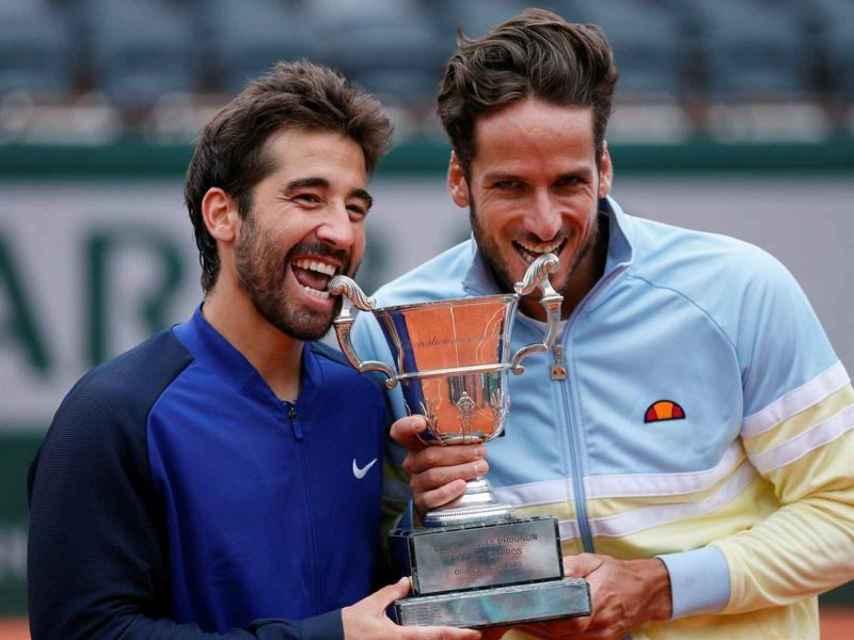 Feliciano y Marc López celebran el título de dobles de Roland Garros.