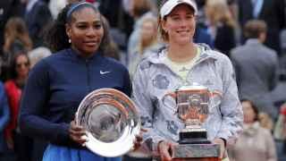 Garbiñe posa junto a Serena, su rival.