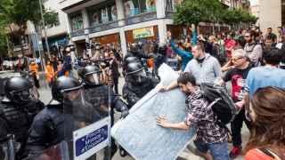 Simpatizantes de los okupas de Gràcia se han reunido frente al 'banco expropiado' en apoyo