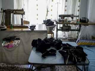 Trabajar 10 horas al día en casa por 600 euros al mes: así es ser aparadora en Elche.