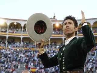 El rejoneador Leonardo Hernández a su salida a hombros de la monumental de Las Ventas.
