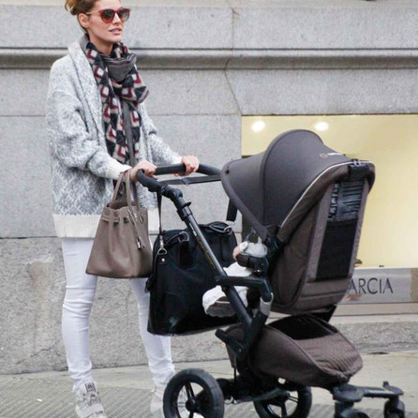 Amaia paseando a su hija por las calles de Madrid