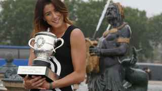 Garbiñe Muguruza con el trofeo de campeona de Roland Garros.