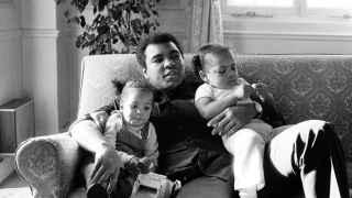 Muhammad Ali, con sus hijos.