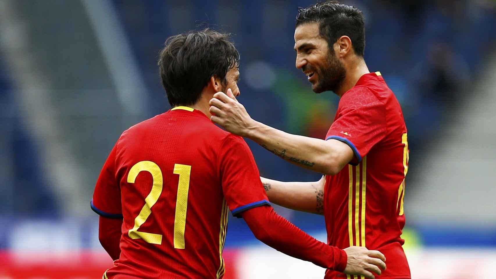 Cesc Fàbregas abraza a David Silva.