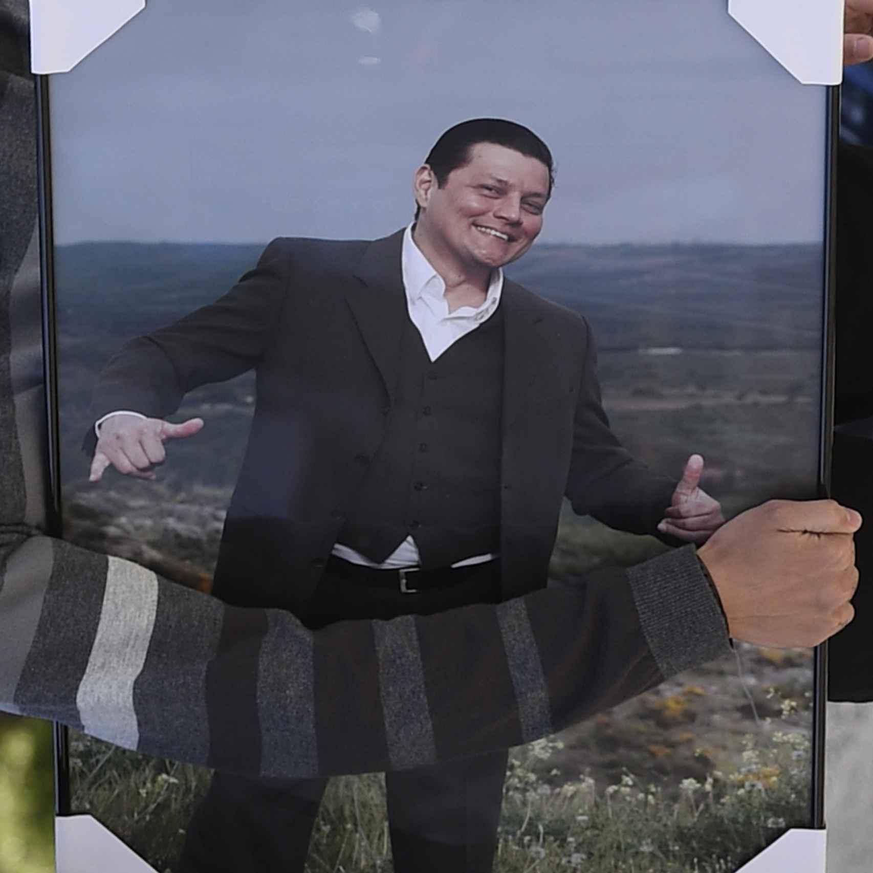 Una foto de David ha presidido el altar durante la misa funeral