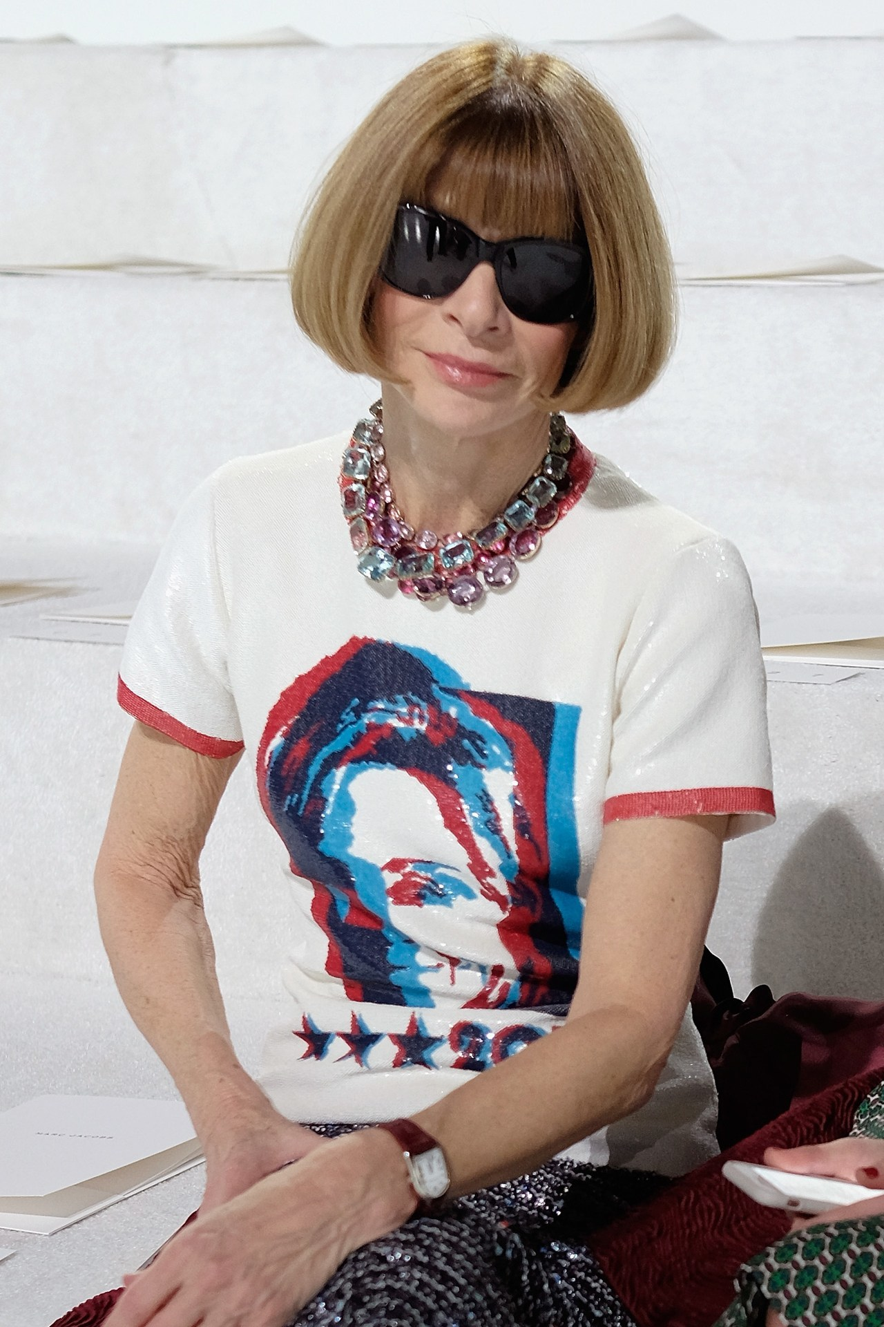 Anna Wintour con camiseta de Marc Jacobs.