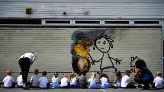 Banksy regala un mural a los alumnos de un colegio de Bristol.