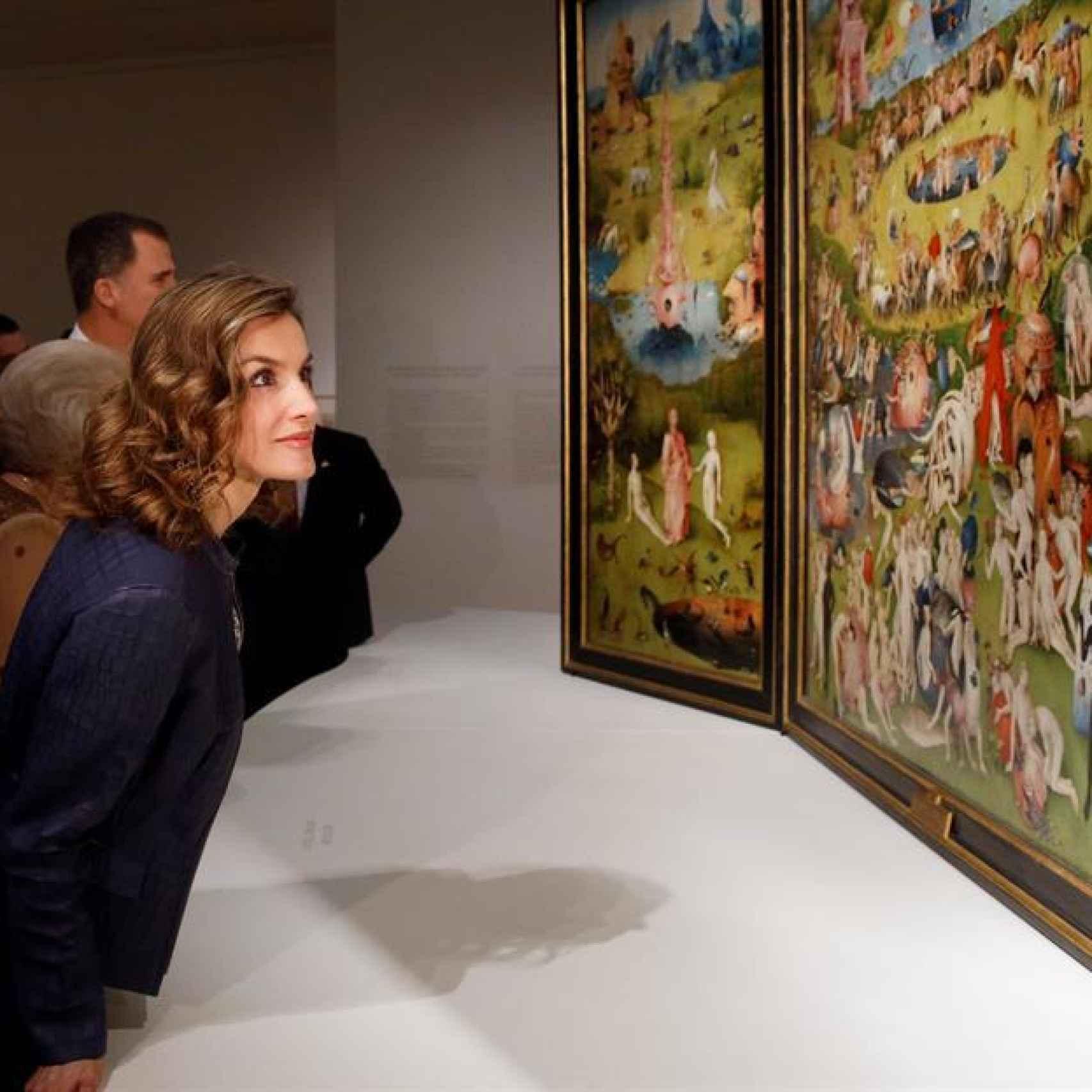 La reina observa el tríptico de El jardín de las delicias, en la exposición del Prado.