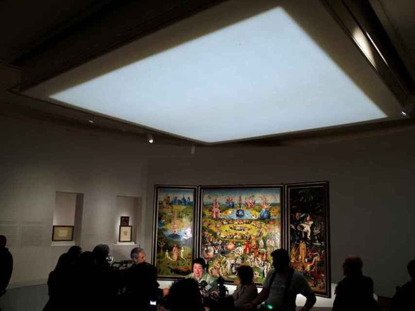 Instalación del tríptico de El jardín de las delicias, en la exposición del Prado.
