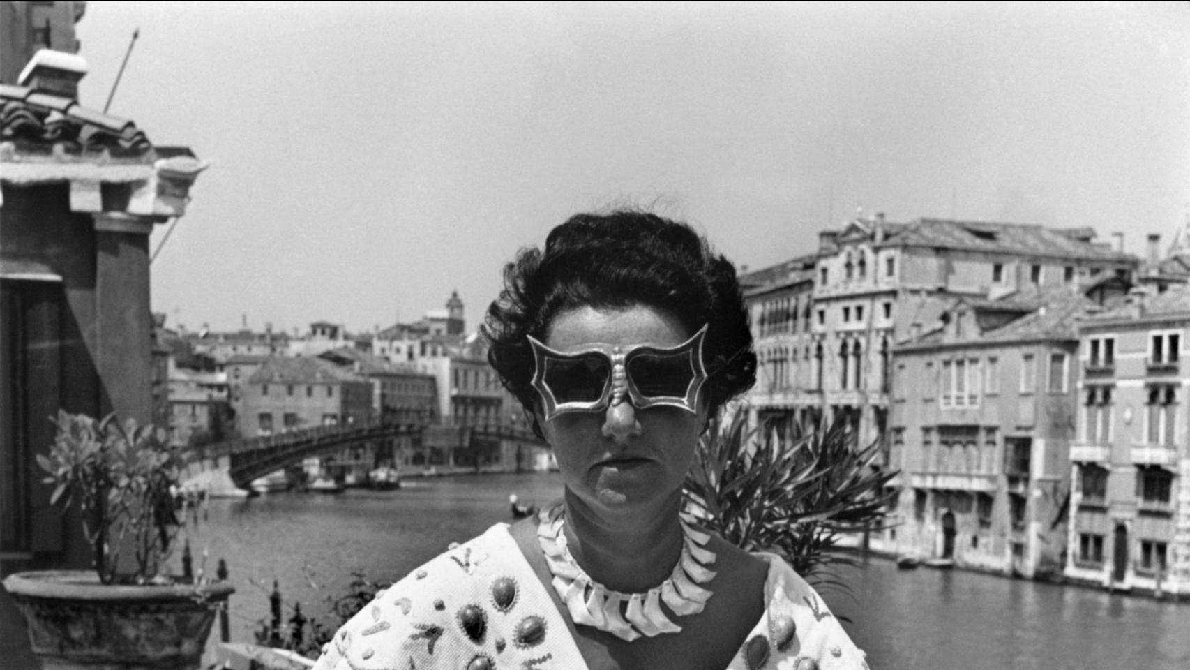 Peggy Guggenheim con las gafas que el artista Edward Melcarth creó para ella.