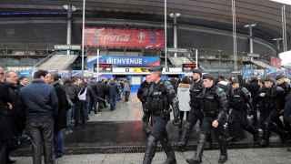 Los agentes de seguridad hacen pruebas cerca del Stade de France.