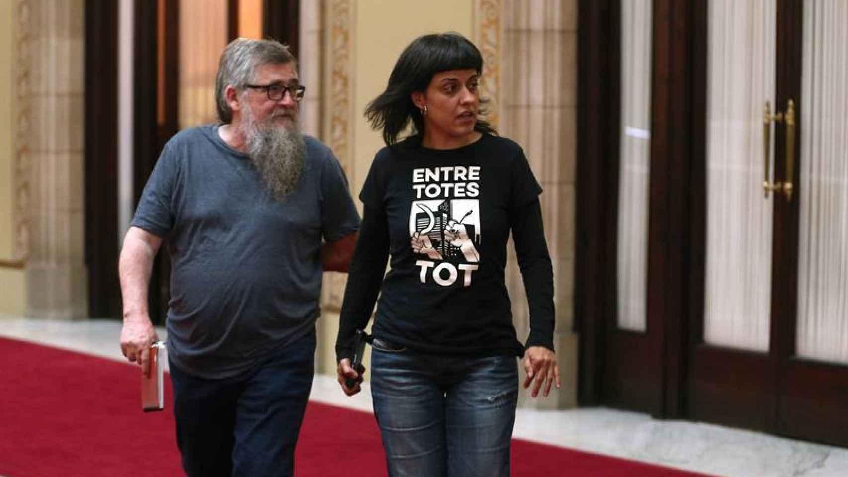 Los diputados de la CUP, Joan Garriga y Anna Gabriel, tras reunirse con Puigdemont la pasada semana