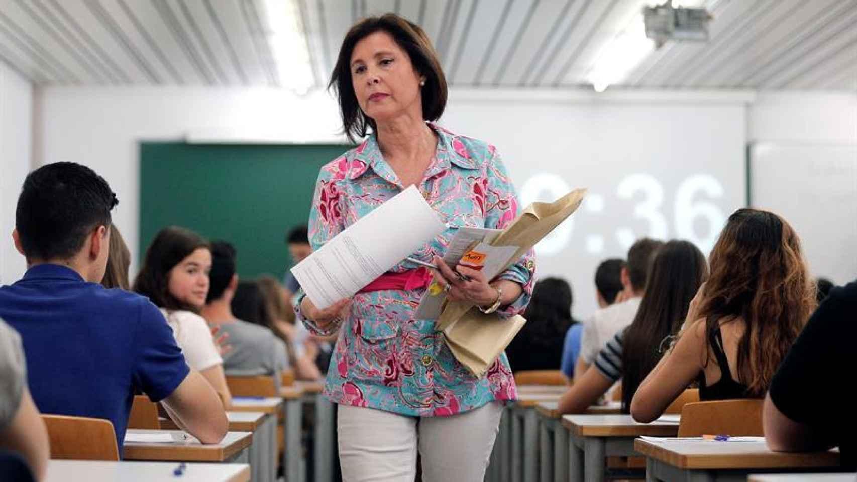 Una profesora reparte los exámenes de las Pruebas de Acceso a la Universidad-