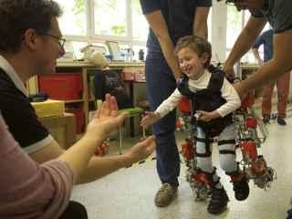 Álvaro prueba el exoesqueleto.
