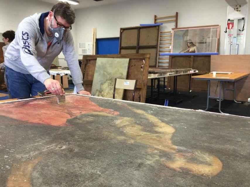 El cuadro de Zurbarán dañado. Lleva papel japonés y genera ese efecto transparente.
