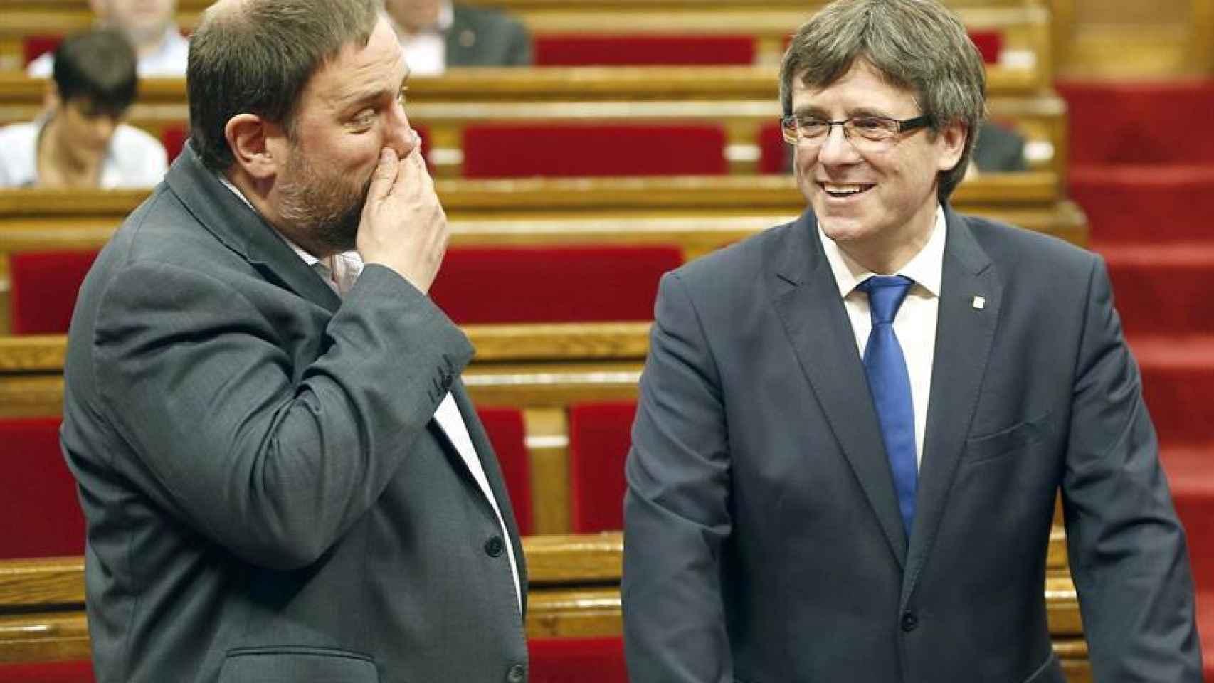 Puigdemont y Oriol Junqueras, en el Parlament.