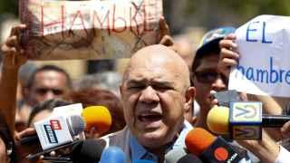 Jesus Torrealba habla ante los medios sobre el referendum.