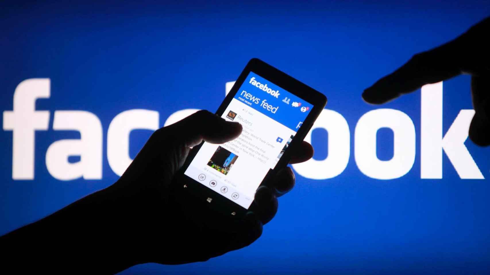 Móvil con un perfil abierto de Facebook, la red social más popular.