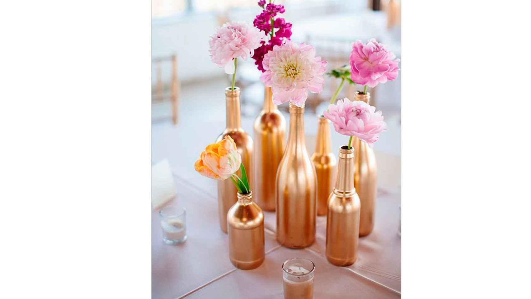 Botellas convertidas en relucientes jarrones tras ser pintadas en dorado. Combina con distintos colores y tonos.
