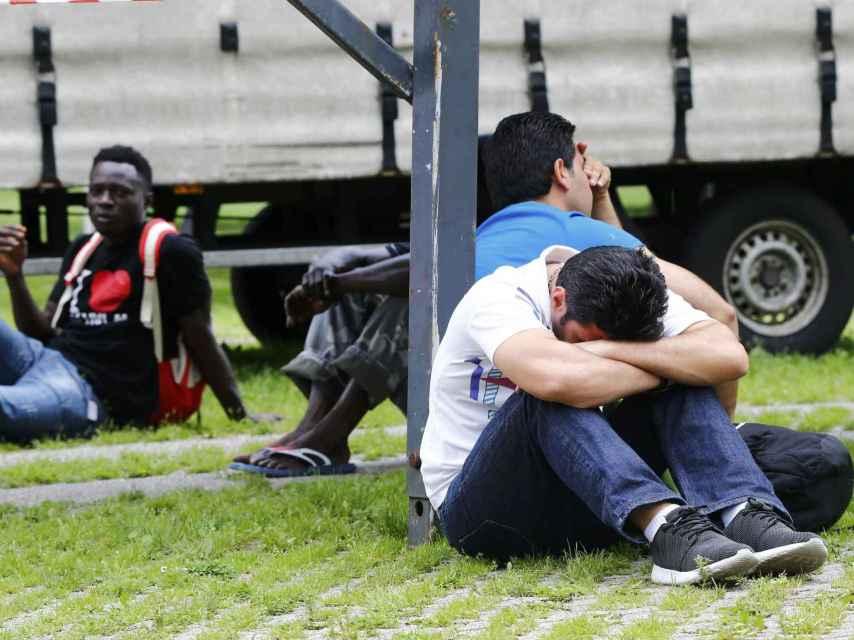 Un grupo de migrantes desalojados tras un un incendio en un hogar para refugiados en Alemania.