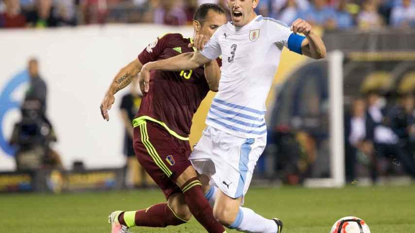 Alejandro Guerra roba un balón a Godín durante el partido.