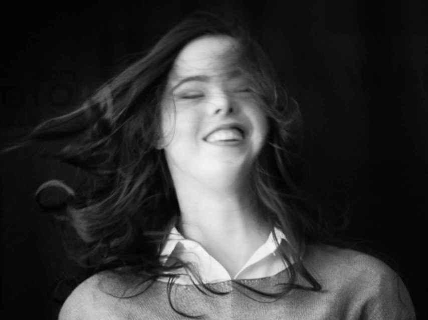 La joven veinteañera disfruta delante de una cámara.