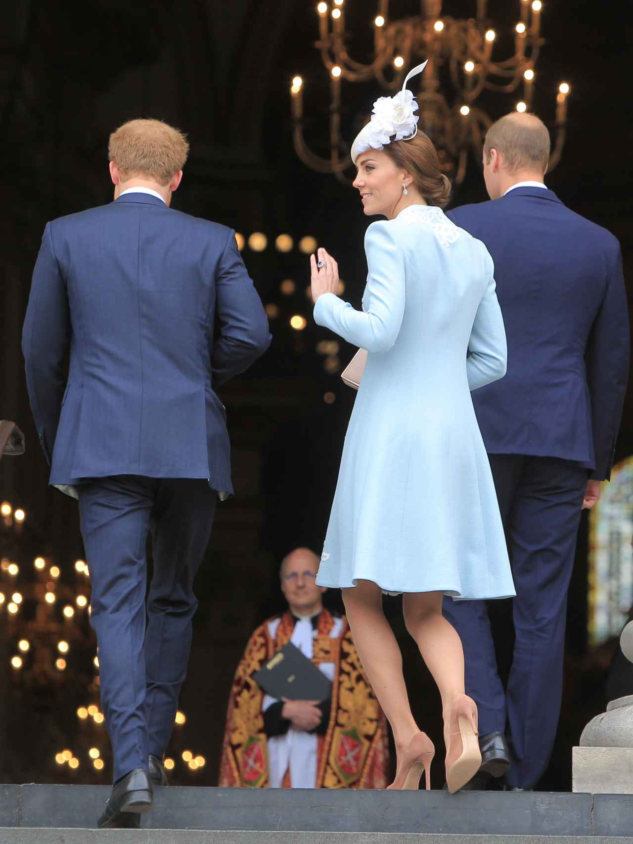 Kate y Guillermo entrando a la catedral junto al príncipe Harry