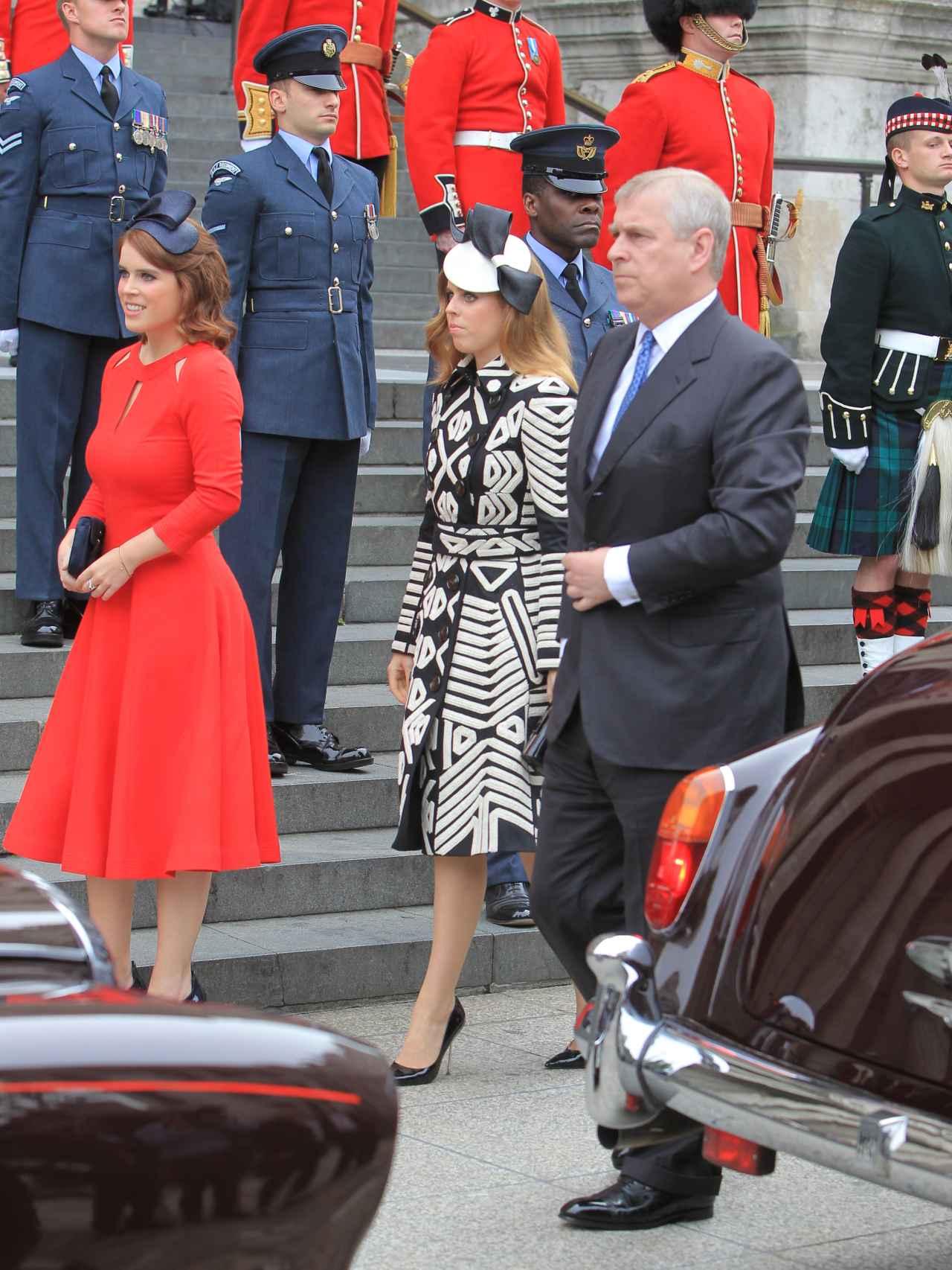 Las princesas Beatriz y Eugenia de York con el príncipe Andrew