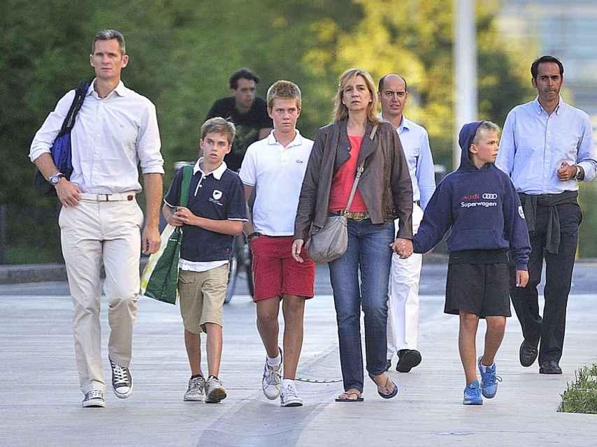 La pareja con sus hijos Juan Valentín, Pablo Nicolás y Miguel Urdangarín por las calles de Ginebra