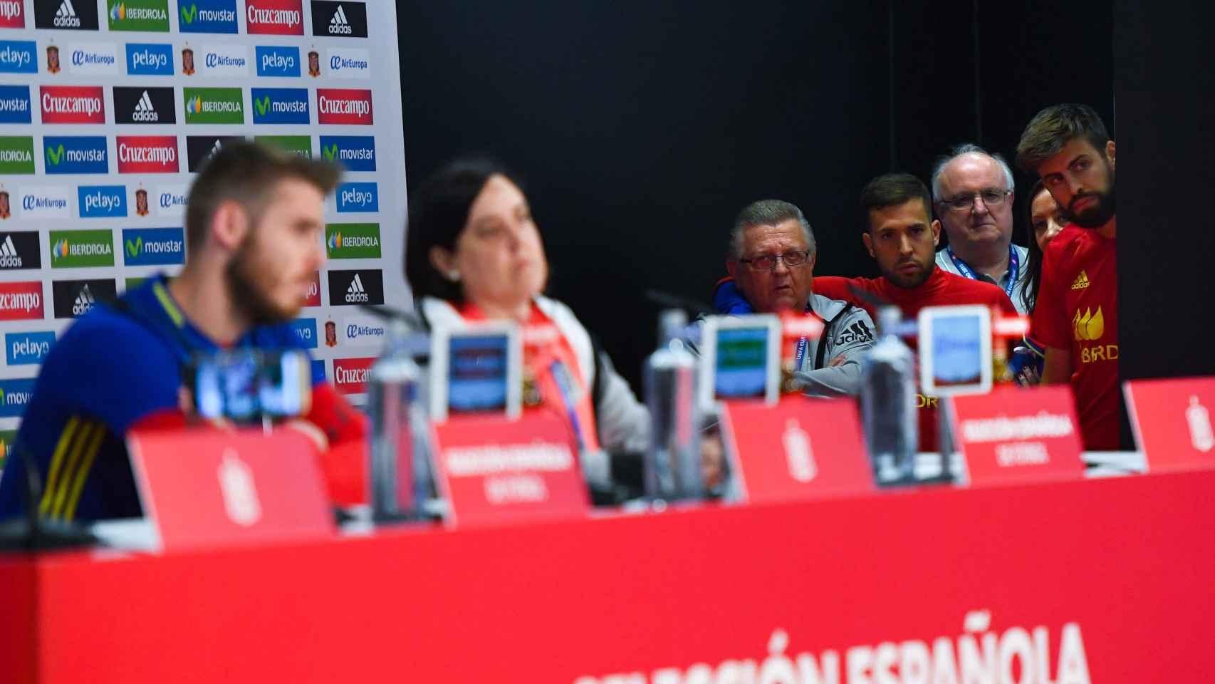 Piqué, Jordi Alba y Pedro Cortés observan la rueda de prensa de De Gea.
