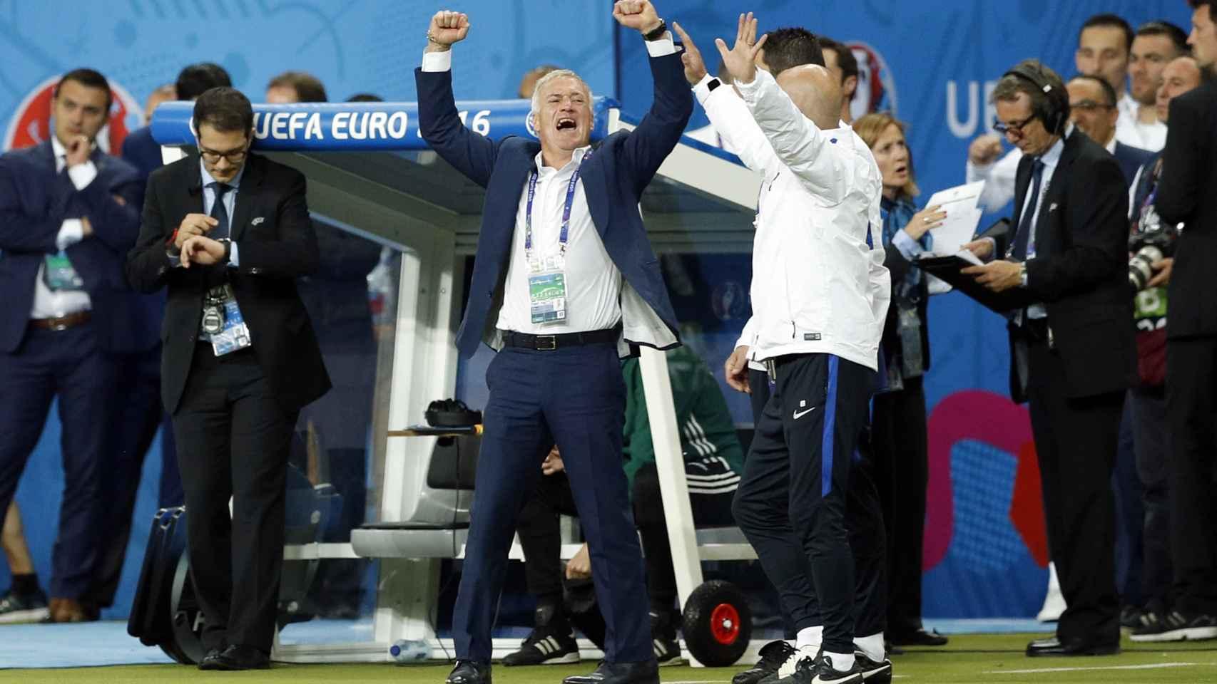 Deschamps celebra el gol de Payet.