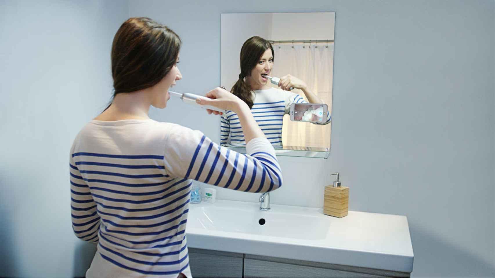 Una mujer lavándose los dientes con el cepillo Prophix.