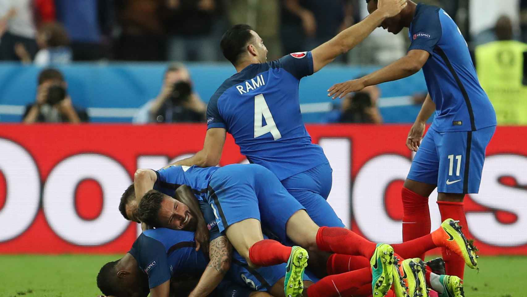 Los jugadores de Francia celebran el gol de Payet.
