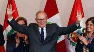 Kuczynski celebra su ajustadísima pero definitiva victoria en las elecciones de Perú.