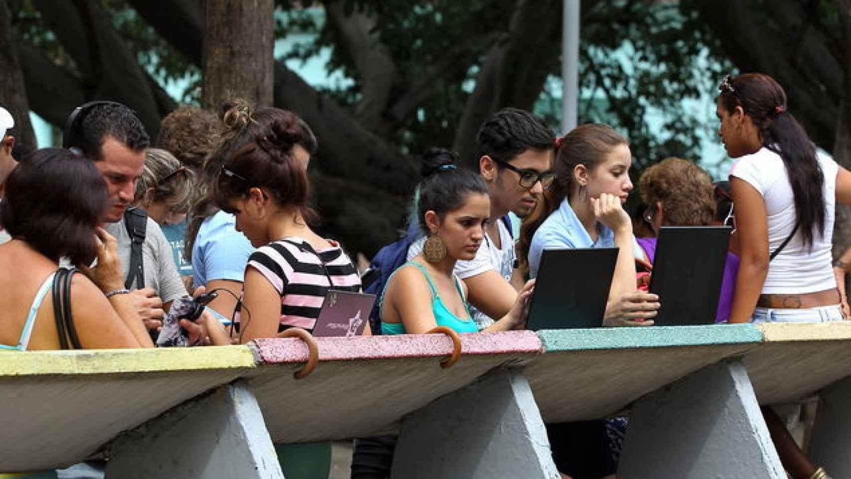 En los puntos wifi de La Habana, se concentran decenas de personas.