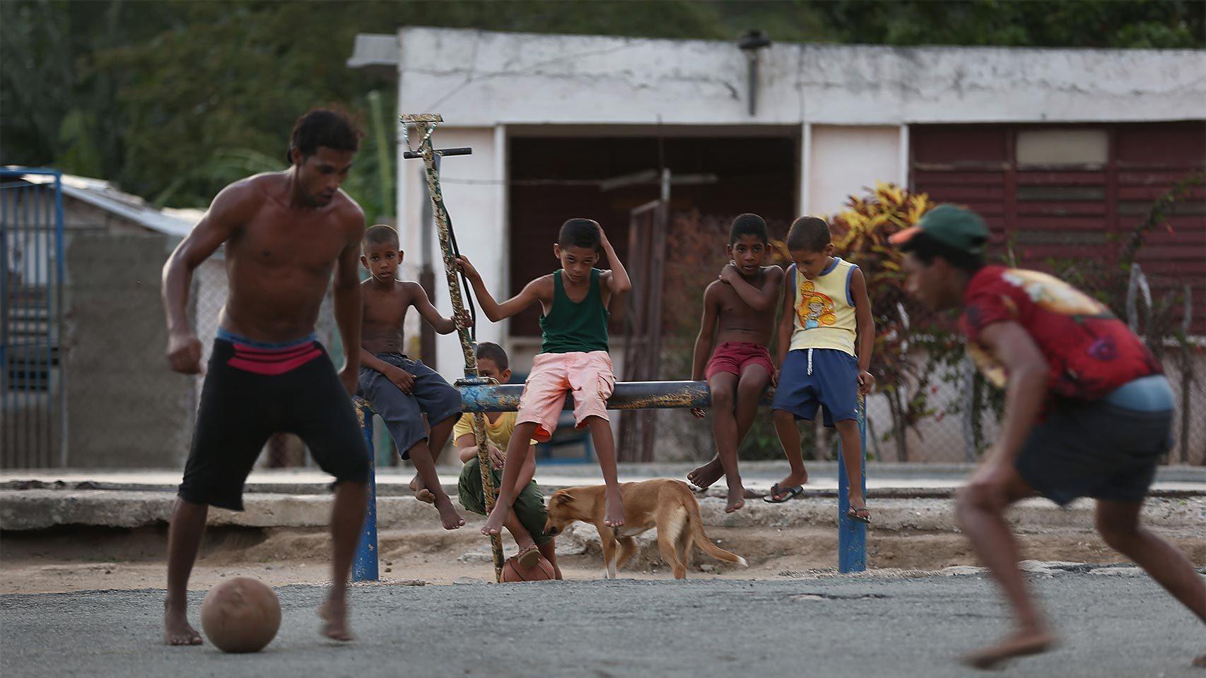 Poco a poco, el fútbol sustituye al béisbol en las calles de Cuba.