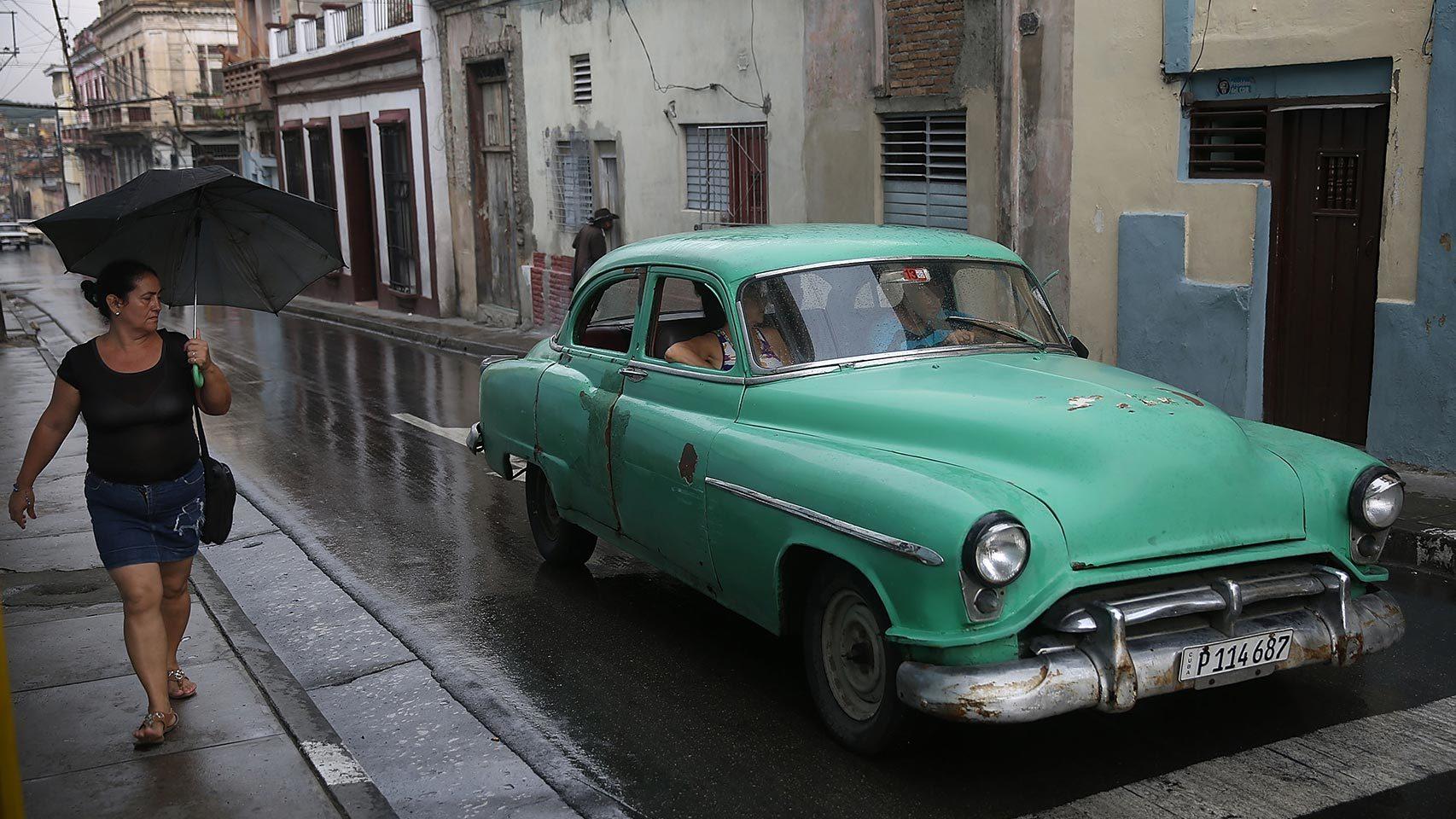 Los coches clásicos de los años cincuenta siguen en las calles de Santiago de Cuba.