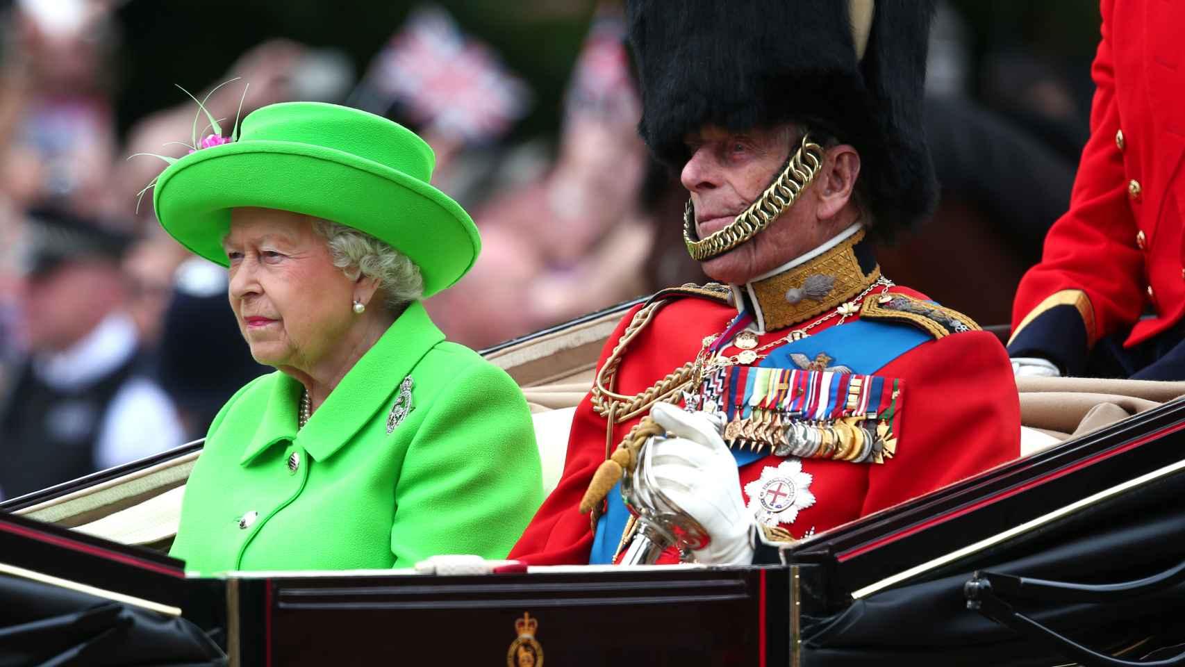 La reina Isabel II y Felipe de Edimburgo en el pasacalles por Londres