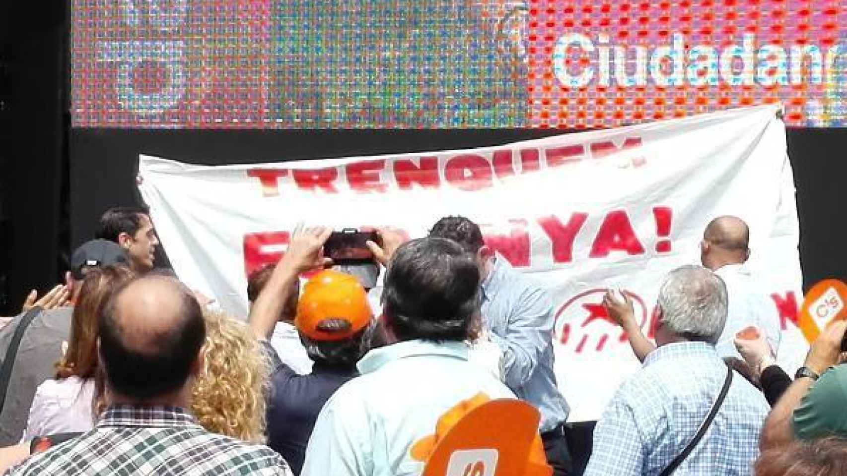 Pancarta que los boicoteadores han mostrado en el acto
