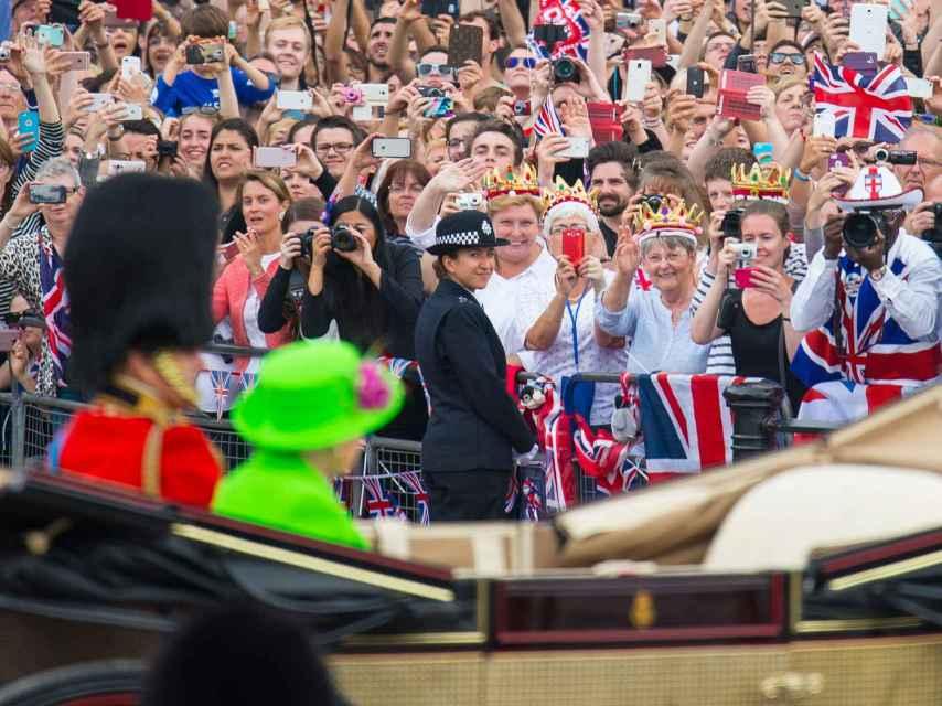 La reina Isabel II y Felipe de Edimburgo dándose un baño de masas