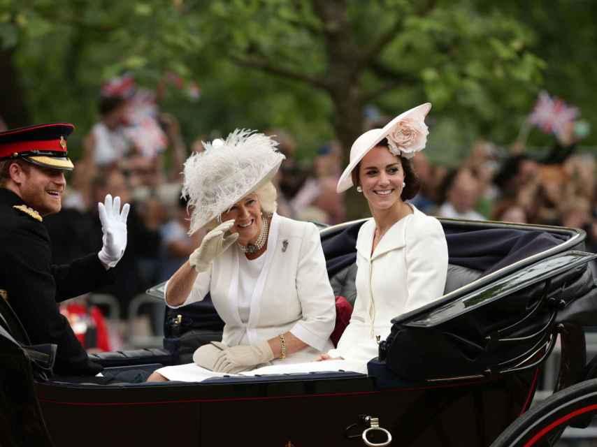El príncipe Harry con Camila Parker Bowls y la duquesa de Cambridge Kate Middelton