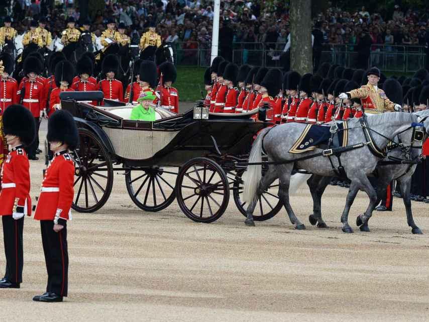 La Guardia Real saluda a la reina Isabel II